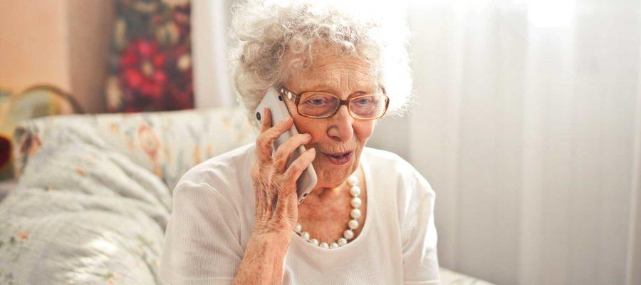 Persona anziana telefona famigliari